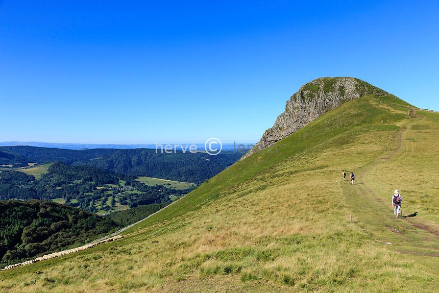 France, Puy-de-Dôme (63), Murat-le-Quaire, la Banne d'Ordanche (1 512 m), montée au sommet // France, Puy de Dome, Murat le Quaire, Banne d'Ordanche (1 512 m), climbing to the top