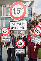 """Am Mittwoch den 10. April 2019 protestierte die Kampagnenorganisation campact! anlaesslich der ersten Sitzung des """"Klimakabinett"""" vor dem Kanzleramt unter dem Motto: """"1,5 Grad sind das Limit"""". Sie forderten die Erfuellung der Klimaziele des Pariser Klimaabkommens.<br /> 10.4.2019, Berlin<br /> Copyright: Christian-Ditsch.de<br /> [Inhaltsveraendernde Manipulation des Fotos nur nach ausdruecklicher Genehmigung des Fotografen. Vereinbarungen ueber Abtretung von Persoenlichkeitsrechten/Model Release der abgebildeten Person/Personen liegen nicht vor. NO MODEL RELEASE! Nur fuer Redaktionelle Zwecke. Don't publish without copyright Christian-Ditsch.de, Veroeffentlichung nur mit Fotografennennung, sowie gegen Honorar, MwSt. und Beleg. Konto: I N G - D i B a, IBAN DE58500105175400192269, BIC INGDDEFFXXX, Kontakt: post@christian-ditsch.de<br /> Bei der Bearbeitung der Dateiinformationen darf die Urheberkennzeichnung in den EXIF- und  IPTC-Daten nicht entfernt werden, diese sind in digitalen Medien nach §95c UrhG rechtlich geschuetzt. Der Urhebervermerk wird gemaess §13 UrhG verlangt.]"""