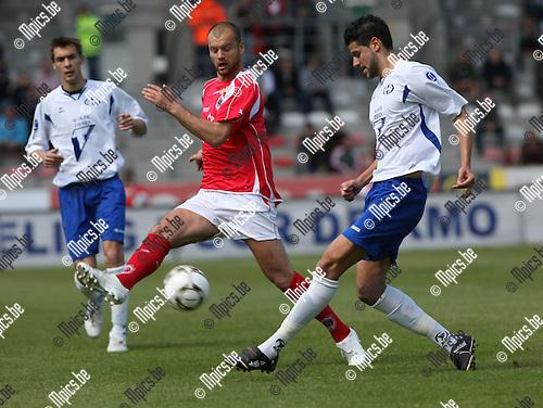 2009-05-03 / Voetbal / R. Antwerp FC - KVK Tienen / Darko Lukanovic (Antwerp) probeert de pass van Triantafillidis te onderscheppen..Foto: Maarten Straetemans (SMB)