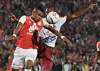BOGOTÁ - COLOMBIA, 09-12-2017: William Tesillo (Izq.) jugador de Santa Fe disputa el balón con Erik Correa (Der.) jugador del Tolima durante el encuentro entre Independiente Santa Fe y Deportes Tolima por la semifinal vuelta de la Liga Aguila II 2017 jugado en el estadio Nemesio Camacho El Campin de la ciudad de Bogotá. / William Tesillo (L) player of Santa Fe struggles for the ball with Erik Correa (R) player of Tolima during match between Independiente Santa Fe and Deportes Tolima for the second leg semifinal of the Aguila League II 2017 played at the Nemesio Camacho El Campin Stadium in Bogota city. Photo: VizzorImage/ Gabriel Aponte / Staff