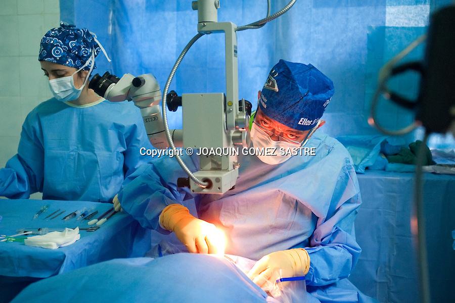 Expedicion oftalmologica de ACCI operando en el quirofano de Afagnan TOGO.foto ©   JOAQUIN GOMEZ SASTRE