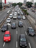 SAO PAULO, SP, 14 DE JANEIRO 2013 - TRANSITO CAPITAL PAULISTO - RETORNO RODIZIO - Transito intenso na Radial Leste sentido centro na altura da Rua dos Trilhos na manha desta segunda-feira, 14, que que marca o retorno do rodízio municipal. (FOTO: WILLIAM VOLCOV / BRAZIL PHOTO PRESS).