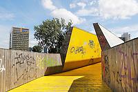 Nederland Rotterdam 2016 . De Luchtsingel in Rotterdam is een tijdelijk 390 meter lange houten voetgangersbrug die het Schieblock met de Hofbogen verbind. Initiatiefnemer architectenbureau Z.U.S won in 2011 het 1e Stadsinitiatief van Rotterdam met dit project. Naast het gewonnen bedrag van € 4 miljoen werd de brug ook gefinancierd door middel van crowdfunding. Foto Berlinda van Dam / Hollandse Hoogte