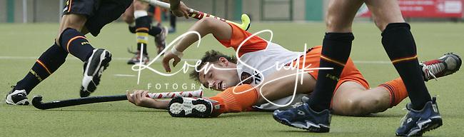 CHENNAI-Champions Trophy hockey mannen. Matthijs Brouwer, de maker van twee doelpunten , heeft het zwaar tegen de Spaanse verdediging , dinsdag tijdens de wedstrijd Nederland-Spanje. ANP PHOTO KOEN SUYK