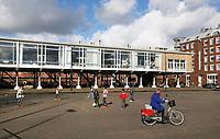Nederland Amsterdam  2017.  Appartementen op het KNSM-Eiland. Voormalige personeelskantine bij het Barcelonaplein. Het voormalige kantinegebouw voor de havenarbeiders is een van de meest authentieke gebouwen op het KNSM-eiland. Net als veel andere overgebleven gebouwen uit de glorietijd van de Amsterdamse haven is de kantine jarenlang gekraakt geweest door kunstenaars. Bijzonder is echter dat het vrijstaande kantinegebouw niet is opgegaan in de nieuwbouw, maar grotendeels in oude stijl gerenoveerd is. Foto Berlinda van Dam / Hollandse Hoogte