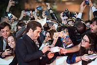 "L'attore americano Jake Gyllenhaal firma autografi ai fans sul red carpet per la presentazione del film ""Stronger"" alla Festa del Cinema di Roma , 28 Ottobre 2017.<br /> US actor Jake Gyllenhaal with his fans on the red carpet to present the movie ""Stronger"" during the international Rome Film Festival at Rome's Auditorium, October 28, 2017.<br /> UPDATE IMAGES PRESS/Karen Di Paola"