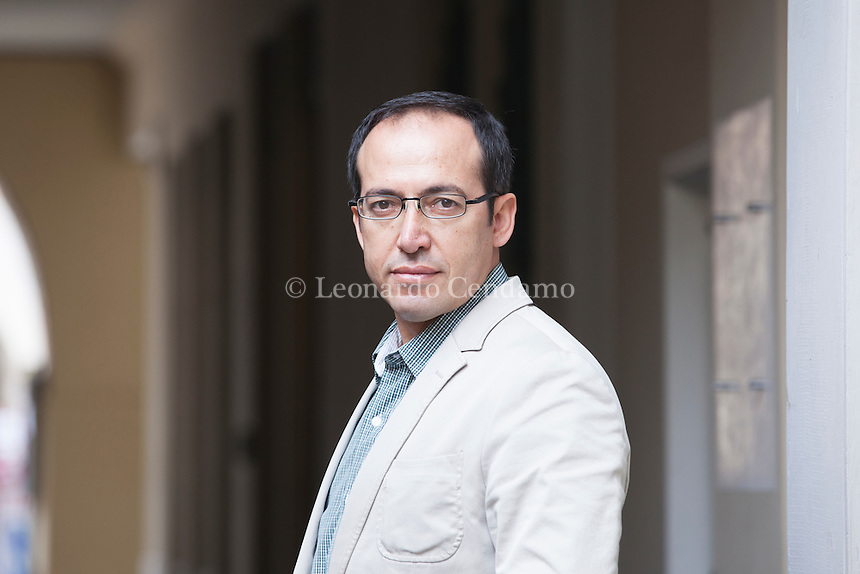 Burhan Sönmez is a prize-winning novelist. His first novel, North (Kuzey), was published in 2009 in Turkey. His second novel, Sins and Innocents (Masumlar), 04 apr 2014 - Burhan Sönmez è un giovane scrittore turco, costretto da alcuni anni all'esilio, in Inghilterra a Cambridge, per motivi politici. Pordenonelegge settembre 2016. © Leonardo Cendamo
