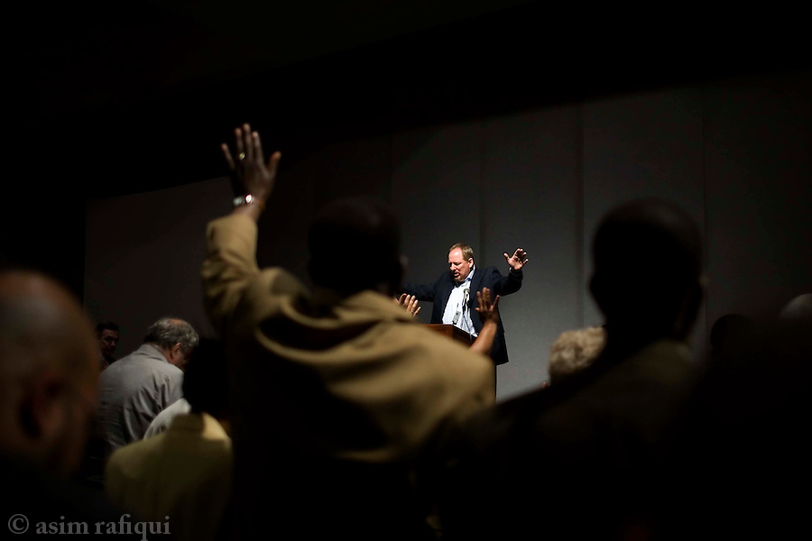 Pastor Rick Warren leads seminar attendents in prayer during a talk at the Azuza Street Centeniel celebrations<br />