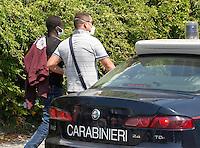 320 immigrati sono sbarcati nel porto di nave dalla nave Scirocco <br /> nella foto un presunto scafista accompagnato viene preso in consegna