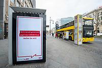 """Die Auswirkungen der Corona-Krise sind nach Inkrafttreten der Anordnung des Berliner Senats, wonach nur noch Versorgungsgeschaefte die fuer den taeglichen Bedarf notwendig sind geoeffnet sein duerfen (Lebensmittelgeschaefte, Apotheken, Drogerien, Zeitungsgeschaefte), im oeffentlichen Leben deutlich sichtbar.<br /> Im Bild: Eine Werbetafel mit einer Oeffentlichkeitskampagne des Berliner Senat, mit der die Bevoelkerung u.a. aufgerufen wird, """"soziale Kontakte auf ein Minimum"""" zu reduzieren um gemeinsam gegen die Verbeitung des Corona-Virus zu kaempfen.<br /> 19.3.2020, Berlin<br /> Copyright: Christian-Ditsch.de<br /> [NUR FUER REDAKTIONELLE ZWECKE! Werbung nur auf Anfrage beim Fotografen. Inhaltsveraendernde Manipulation des Fotos nur nach ausdruecklicher Genehmigung des Fotografen. Vereinbarungen ueber Abtretung von Persoenlichkeitsrechten/Model Release der abgebildeten Person/Personen liegen nicht vor. NO MODEL RELEASE! Don't publish without copyright Christian-Ditsch.de, Veroeffentlichung nur mit Fotografennennung, sowie gegen Honorar, MwSt. und Beleg. Konto: I N G - D i B a, IBAN DE58500105175400192269, BIC INGDDEFFXXX, Kontakt: post@christian-ditsch.de<br /> Bei der Bearbeitung der Dateiinformationen darf die Urheberkennzeichnung in den EXIF- und  IPTC-Daten nicht entfernt werden, diese sind in digitalen Medien nach §95c UrhG rechtlich geschuetzt. Der Urhebervermerk wird gemaess §13 UrhG verlangt.]"""