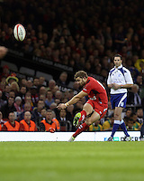 Pictured: Leigh Halfpenny of Wales scores from the spot. Saturday 08 November 2014<br />