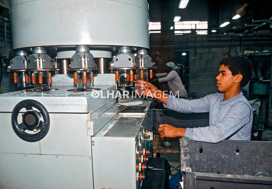 Adolescente trabalhando em indústria de vidros. São Paulo. 1984. Foto Juca Martins..