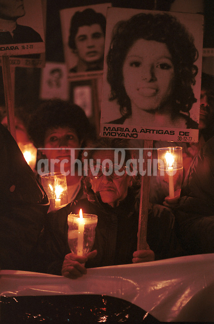 Familiares de secuestrados y desaparecidos durante la dictadura militar marchan en Uruguay reclamando conocer el destino de sus seres queridos .*Relatives of people kidnaped and dissapeared during the military dictatorship  during a protest in Montevideo +missing *Des familles de disparus de la dictature militaire uruguayenne lors d'une marche à Montevideo; demandent à connaître la vérité sur le sort de leurs êtres chers. +politique, manifestation, militaire....