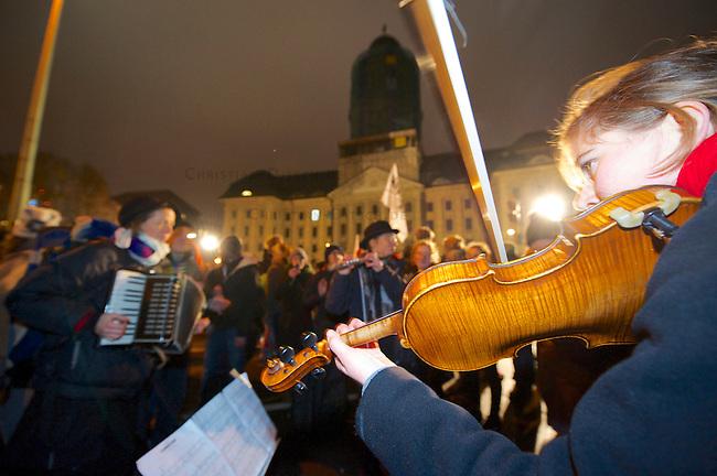 Mehr als 2000 Menschen beteiligten sich am Sonntag den 15. Dezember 2013 in Berlin an einer Demonstration gegen die angekuendigte Raeumung des Fleuchtlingscamp auf dem Oranien-Platz in Berlin Kreuzberg.<br />Der CDU-Innensanator Frank Henkel hatte die Raeumung des Camps urspruenglich fuer den 16. Dezember 2013 angekuendigt, kurz nach der Ankuendigung jedoch den Raeumungstermin in den Januar 2014 verschoben.<br />Die Demonstration zog zum Amtssitz des Innensenators um dort bis zum naechsten Morgen eine Kundgebung abzuhalten.<br />Im Bild: Mitglieder der Musikgruppe &quot;Lebenslaute&quot; spielen auf der Kundgebung klassische Musik.<br />15.12.2013, Berlin<br />Copyright: Christian-Ditsch.de<br />[Inhaltsveraendernde Manipulation des Fotos nur nach ausdruecklicher Genehmigung des Fotografen. Vereinbarungen ueber Abtretung von Persoenlichkeitsrechten/Model Release der abgebildeten Person/Personen liegen nicht vor. NO MODEL RELEASE! Don't publish without copyright Christian Ditsch/version-foto.de, Veroeffentlichung nur mit Fotografennennung, sowie gegen Honorar, MwSt. und Beleg. Konto:, I N G - D i B a, IBAN DE58500105175400192269, BIC INGDDEFFXXX, Kontakt: post@christian-ditsch.de.<br />Urhebervermerk wird gemaess Paragraph 13 UHG verlangt.]