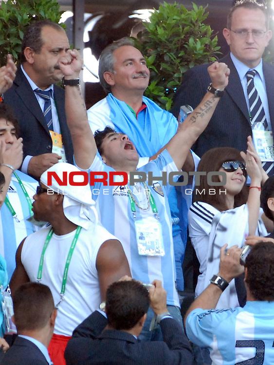 FIFA WM 2006 -  Gruppe C Vorrunde ( Group C )<br /> Play     #37 (21-Jun) - Niederland ( Holland ) - Argentinien<br /> <br /> Maradona (ARG) jubelt im Publikum.<br /> <br /> Foto &copy; nordphoto