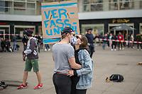 """Am Samstag den 16. Mai 2020 demonstrierten in Berlin an mehreren Orten mehrere hundert Menschen mit sog. """"Hygiene-Demonstrationen"""" gegen die Einschraenkungen zur Eindaemmung der Covid-19-Pandemie. An diesen """"Hygiene-Demonstrationen"""" nahmen vor allem Verschwoerungsanhaenger aber auch Hooligans, Neonazis und andere Rechte teil.<br /> Im Bild: Gegner der Corona-Beschraenkung tanzen zu Technomusik auf dem Alexanderplatz.<br /> 16.5.2020, Berlin<br /> Copyright: Christian-Ditsch.de<br /> [NUR FUER REDAKTIONELLE ZWECKE! Werbung nur auf Anfrage beim Fotografen. Inhaltsveraendernde Manipulation des Fotos nur nach ausdruecklicher Genehmigung des Fotografen. Vereinbarungen ueber Abtretung von Persoenlichkeitsrechten/Model Release der abgebildeten Person/Personen liegen nicht vor. NO MODEL RELEASE! Don't publish without copyright Christian-Ditsch.de, Veroeffentlichung nur mit Fotografennennung, sowie gegen Honorar, MwSt. und Beleg. Konto: I N G - D i B a, IBAN DE58500105175400192269, BIC INGDDEFFXXX, Kontakt: post@christian-ditsch.de<br /> Bei der Bearbeitung der Dateiinformationen darf die Urheberkennzeichnung in den EXIF- und  IPTC-Daten nicht entfernt werden, diese sind in digitalen Medien nach §95c UrhG rechtlich geschuetzt. Der Urhebervermerk wird gemaess §13 UrhG verlangt.]"""