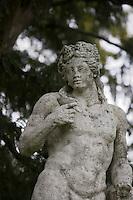 """Europe/France/Rhône-Alpes/69/Rhône/Bagnols: Hotel -Restaurant """"Chateau de Bagnols"""" statue de Bacchus dans le jardin"""