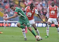 BOGOTÁ -COLOMBIA, 02-04-2016. Baldomero Perlaza (Der.) jugador de Santa Fe disputa el balón con Mauricio Gomez (Izq.) jugador de Patriotas durante partido entre Independiente Santa Fe y Patriotas FC por la fecha 11 de la Liga Aguila I 2016 jugado en el estadio Nemesio Camacho El Campin de la ciudad de Bogota.  / Baldomero Perlaza (R) player of Santa Fe struggles for the ball with Mauricio Gomez (L) player of Patriotas during match between Independiente Santa Fe and Patriotas FC for date 11 of the Liga Aguila I 2016 played at the Nemesio Camacho El Campin Stadium in Bogota city. Photo: VizzorImage/ Gabriel Aponte / Staff