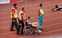 Nederland - Amsterdam - 2019 . De Marathon van Amsterdam. Medewerkers van het Rode Kruis nemen een uitgeputte deelnemer mee voor onderzoek.   Foto Berlinda van Dam / Hollandse Hoogte