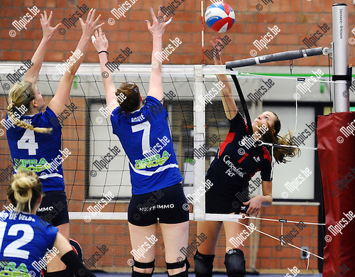 2016-02-20 / Volleybal / Seizoen 2015-2016 / Turnhout - Fixit Kalmthout / Lisette Hoff (l.) en Catherine Bonte proberen de aanval van Laura Taets (Lions Groot Turnhout) af te stoppen<br /> <br /> Foto: Mpics.be