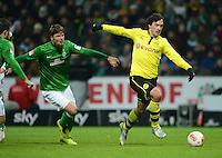 FUSSBALL   1. BUNDESLIGA   SAISON 2012/2013    18. SPIELTAG SV Werder Bremen - Borussia Dortmund                   19.01.2013 Sebastian Proedl (li, SV Werder Bremen) kann Mats Hummels (re, Borussia Dortmund) nicht aufhalten
