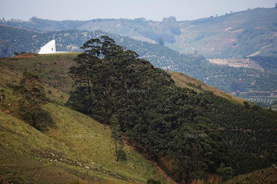 Bresil, etat Minas Gerais, Pocos de Caldas, fazenda (ferme) de cafe Recreio, 1er novembre 2012.<br /> <br /> La ferme Recreio est membre du programme Nespresso AAA. Vue sur l'ensemble de l'exploitation, dont le proprietaire est Diogo Dias. Sur le mamelon, a gauche, la chapelle est l'oeuvre du celebre architecte bresilien Oscar Niemeyer, decede le 5 decembre 2012 a l'age de 105 ans.<br /> Reportage les Chants de cafe_soul of coffee, realise sur les acteurs terrain du programme de developpement durable Triple AAA de Nespresso.<br /> <br /> Brazil, Minas Gerais, Pocos de Caldas, Fazenda (coffee farm) of Recreio, November 1, 2012 <br /> <br /> Recreio&rsquo;s farm is a member of the Nespresso AAA program. <br /> A view of the entire plantation, owned by Diogo Dias. On the left peak is a chapel that was constructed by the famous Brazilian architect, Oscar Niemeyer, who died on December 5, 2012 at the age of 105. <br /> Assignment: les Chants de cafe_ Soul of Coffee, implemented on the fields of Nespresso&rsquo;s AAA Sustainable Quality Program.