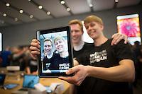 Berlin,Zwei Kunden posieren am Freitag (03.05.13)  in Berlin im neuen Applestore am Kurfuerstendamm fuer eine Kamera auf eine Ipad. Foto: Timur Emek/CommonLens