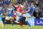 En empate terminó el clásico capitalino 274 entre Millonarios y Santa Fe, válido por la fecha 9 de la Liga Colombiana /  Hugo Acosta (l) en la disputa de un balón divido con Anderson Zapara (r)