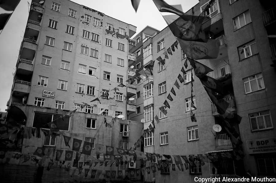 Ville nouvelle de Mardin. Local de campagne du BDP. L'immeuble abrite de nombreux cabinets d'avocats.