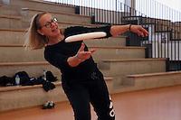 Büttelborn 19.03.2016: Ultimate Frisbee Workshop, Kreissporthalle<br /> Micalea Griebel übt die richtige Wurftechnik<br /> Foto: Vollformat/Marc Schüler, Schäfergasse 5, 65428 Rüsselsheim, Fon 0151/11654988, Bankverbindung Kreissparkasse Gross Gerau BLZ. 50852553 , KTO. 16003352. Alle Honorare zzgl. 7% MwSt.