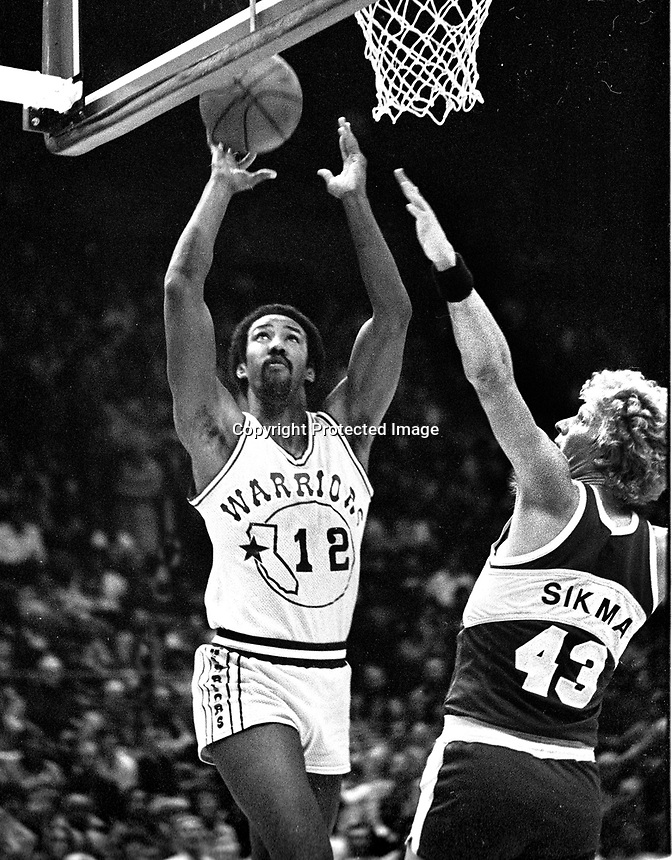 Gplden State Warrior Mike Gale guarded by Sikma ofthe Seattle Supersonics...(1982 photo/Ron Riesterer)