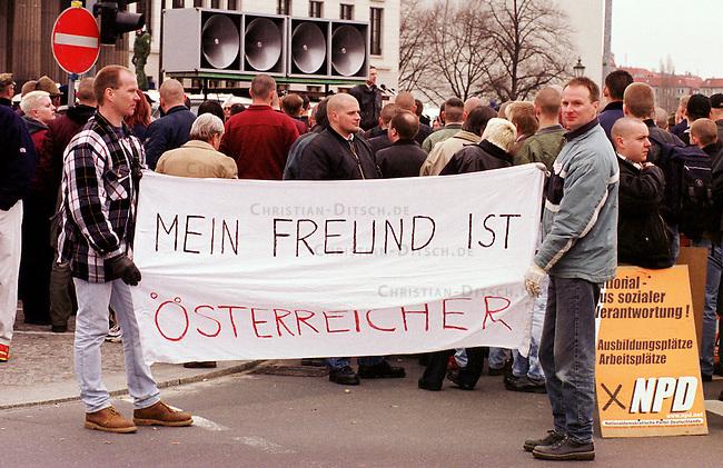 500 Mitglieder und Sympathiesanten der rechtsextremistischen NPD demonstrierten am Sonntag den 12. Maerz 2000 in Berlin anlaesslich des Jahrestages des Anschlusses Oesterreichs an Nazideutschland unter dem Motto: Wir sind ein Volk - Haende weg von Oesterreich. Verbote der Demonstration durch den Berliner Innensenat wurden von den Gerichten widerrufen. Einzige Auflagen fuer die NPD war der Verzicht auf Fahnen, Trommeln und kein Marsch durch das Brandenburger Tor.<br /> Hier: Demonstrationsteilnehmer mit Transparent: Mein Freund ist Osterreicher.<br /> 12.3.2000, Berlin<br /> Copyright: Christian-Ditsch.de<br /> [Inhaltsveraendernde Manipulation des Fotos nur nach ausdruecklicher Genehmigung des Fotografen. Vereinbarungen ueber Abtretung von Persoenlichkeitsrechten/Model Release der abgebildeten Person/Personen liegen nicht vor. NO MODEL RELEASE! Nur fuer Redaktionelle Zwecke. Don't publish without copyright Christian-Ditsch.de, Veroeffentlichung nur mit Fotografennennung, sowie gegen Honorar, MwSt. und Beleg. Konto: I N G - D i B a, IBAN DE58500105175400192269, BIC INGDDEFFXXX, Kontakt: post@christian-ditsch.de<br /> Bei der Bearbeitung der Dateiinformationen darf die Urheberkennzeichnung in den EXIF- und  IPTC-Daten nicht entfernt werden, diese sind in digitalen Medien nach &sect;95c UrhG rechtlich gesch&uuml;tzt. Der Urhebervermerk wird gemaess &sect;13 UrhG verlangt.]