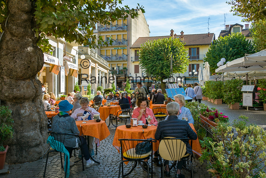 Italy, Piedmont, Stresa: dining out or shopping at town centre, here at Piazzale Luigi Cadorna | Italien, Piemont, Stresa: Einkaufsbummel oder Essen gehen im Zentrum, z.B. auf der Piazzale Luigi Cadorna