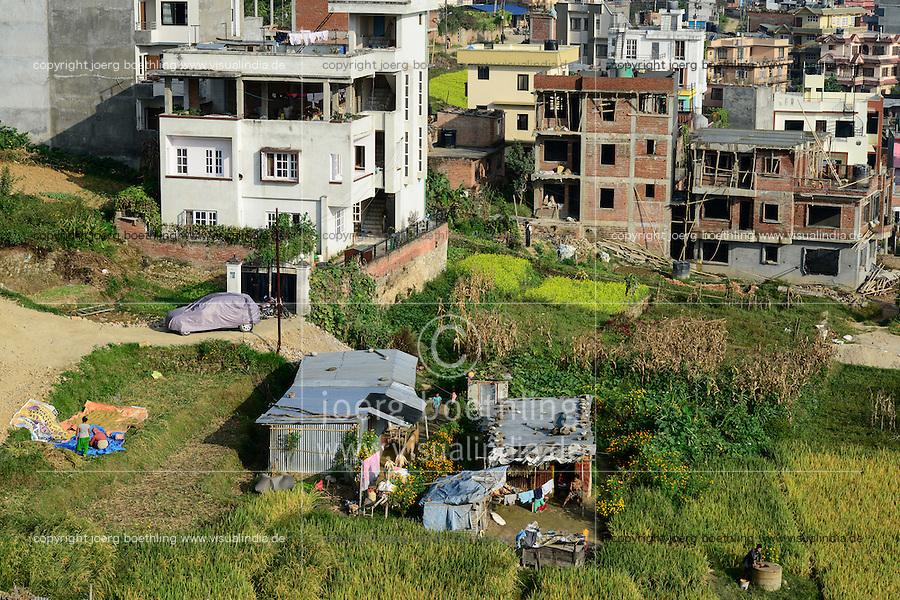 NEPAL Kathmandu, city growth, loss of agricultural fields, a remaining tin-shed hut and paddy fields / Staedtewachstum, Verlust von landwirtschaftlicher Flaeche, letzte Huette und Reisfelder