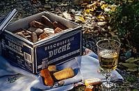 Europe/France/89/Yonne/Chablis: les fameux biscuits Duché et un verre de Chablis AOC