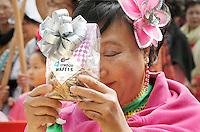Nederland  Amsterdam  2016.  Boeddhadag op de Nieuwmarkt in Amsterdam. Viering van de geboorte van Boeddha. Er worden dagelijkse boodschappen geofferd, zoals een pakje Stroopwafels.  ( LET OP: Foto heeft klein formaat. Alleen geschikt voor internetgebruik ). Foto Berlinda van Dam / Hollandse Hoogte