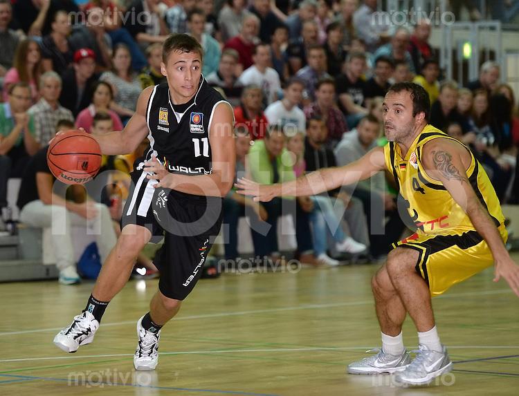 Basketball 1. Bundesliga 2013/2014  28.08.2013 Testspiel Kirchheim Knights - Walter Tigers Tuebingen Julian Albus (li, Tigers) gegen Radi Tomasevic (re, Kirchheim)