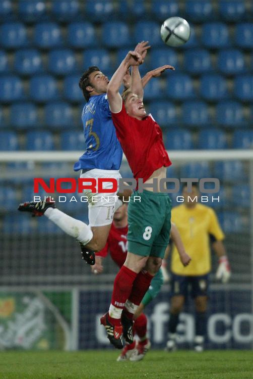 U21 - EM 2004 - Gruppe A<br /> Italien vs. Belarus 1:2<br /> Andrea Barzagli (links) von Italien im Kopfball Duell mit Sergei Kornilenko (rechts) von Belarus.<br /> Foto &copy; nordphoto - Ruediger Lampe<br /> <br />  *** Local Caption *** Foto ist honorarpflichtig! zzgl. gesetzl. MwSt.<br />  Belegexemplar erforderlich<br /> Adresse: nordphoto<br /> Georg-Reinke-Strasse 1<br /> 49377 Vechta