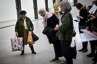 """Berlin, Kunstwerk von Duane Hanson, """"Lady with Shopping Bags, 1972""""  beim Ausstellung """"Body Pressure, Skulptur seit den 1960er Jahren"""" am Freitag (24.05.13) in Nationalgalerie Hamburger Bahnhof, Museum für Gegenwart, Berlin."""