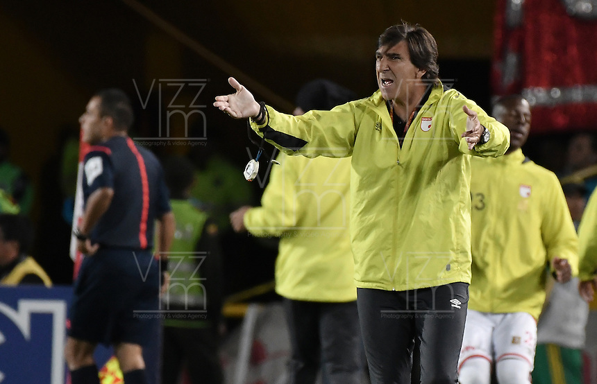 BOGOTÁ -COLOMBIA, 07-12-2016: Gustavo Costas técnico de Santa Fe gesticula durante el encuentro de ida entre Independiente Santa Fe y Atlético Nacional por la semifinal de la Liga Aguila II 2016 jugado en el estadio Nemesio Camacho El Campin de la ciudad de Bogota.  / Gustavo Costas coach of Santa Fe gestures during the first leg match between Independiente Santa Fe and Independiente Medellin for the semifinal of the Liga Aguila II 2016 played at the Nemesio Camacho El Campin Stadium in Bogota city. Photo: VizzorImage/ Gabriel Aponte / Staff