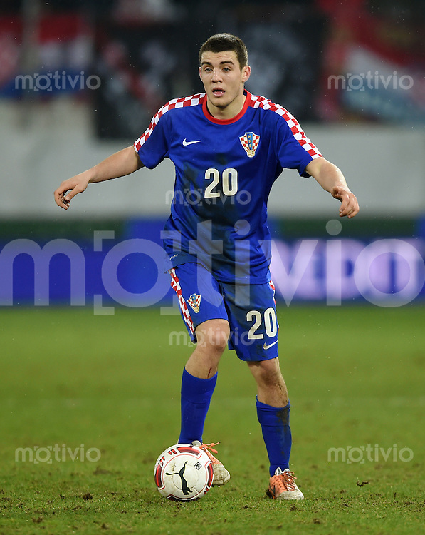 FUSSBALL INTERNATIONALES TESTSPIEL in Sankt Gallen Schweiz - Kroatien       05.03.2014 Mateo Kovacic (Kroatien) am Ball