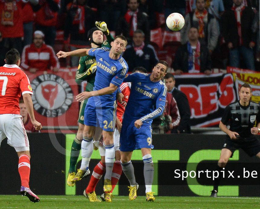 Benfica Lissabon - Chelsea FC : Petr Cech boxes the ball away.foto DAVID CATRY / Nikonpro.be