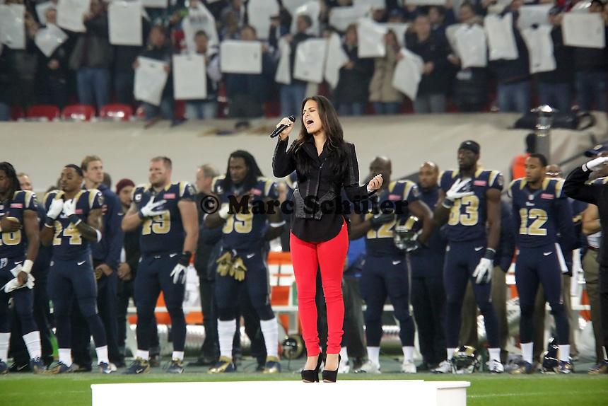 Pia Toscano singt die amerikanische Nationalhymne