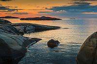 Klippor i skymning vid lugnt hav vid Arholma i Stockholms norra skärgård Roslagen