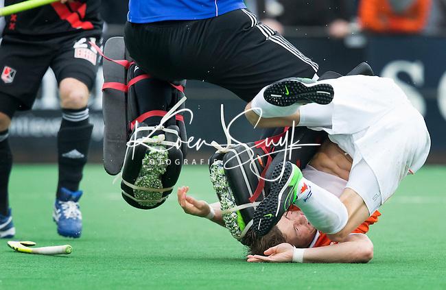 BLOEMENDAAL - Bloemendaal-Amsterdam (2-1) .   Bloemendaal speler Roel Bovendeern komt hard in botsing met  keeper  Laurens Goedegebuure (A'dam) COPYRIGHT  KOEN SUYK