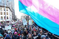 NEW YORK, NY - 04.02.2017 - PROTESTO-NEW YORK - Manifestantes durante ato no Stonewall contra as políticas do presidente dos EUA, Donald Trump e em solidariedade com imigrantes, solicitantes de asilo, refugiados e a comunidade LGBT na cidade Nova York nos Estados Unidos neste sábado, 04. (Foto: Vanessa Carvalho/Brazil Photo Press)