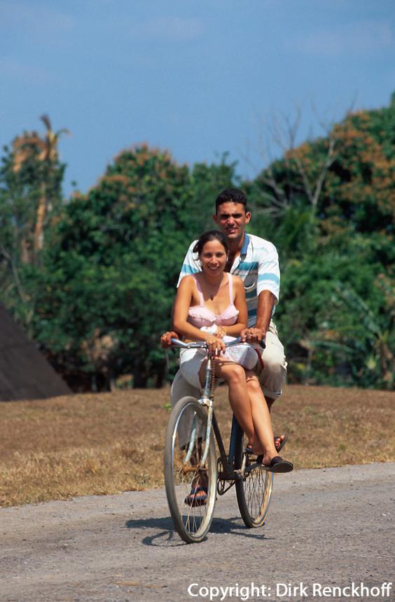 Cuba, Radfahrer im Valle de Vinales, Provinz Pinar del Rio