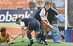 Champions Trophy Hockey mannen Nederland-Spanje 4-2. Paniek voor het Nederlandse doel in de slotfase van de wedstrijd. vlnr de Spanjaard Santiago Freixa, Jeroen Delma, doelman Guus Vogels en Geert Jan Derikx.