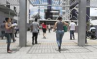 ATENCAO EDITOR: FOTO EMBARGADA PARA VEICULO INTERNACIONAL - SAO PAULO, SP, 11 NOVEMBRO 2012 - CONCURSO SPTRANS  - Portoes sao abertos as treze horas e  Candidatos se dirigem para as salas onde serao realizadas as provas para o concurso da SPTrans na Uninove campus Vergueiro na Liberdade regiao central da cidade nesse domingo, 11 . (FOTO: LEVY RIBEIRO / BRAZIL PHOTO PRESS)