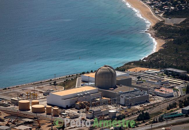 La Central nuclear de Vandellós es una central nuclear española situada en Vandellós y en Hospitalet del Infant (Tarragona). Inicialmente constaba de dos grupos: Vandellós I y Vandellós II, de los cuales el primero fue clausurado en 1989 y se encuentra en proceso de desmantelamiento. Inaugurada en 1972 era una central de tipo GCR (grafito-uranio natural) y refrigerada por gas (la única de este tipo construida en España). Potencia 480 MW. 2008-04-17. (C) Pedro ARMESTRE